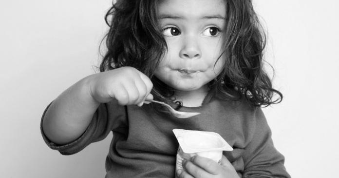 niña comiendo yogurt orejas de punta